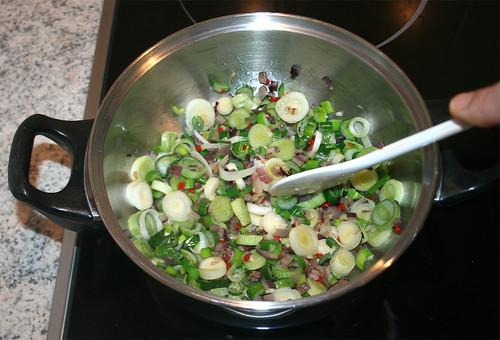 22 - Frühlingszwiebeln anbraten / Braise spring onions