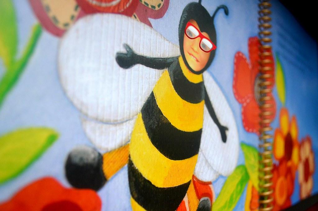 Mein Baby, die Biene :). Die Brille gehört nicht zum Buchdruck dazu ;)