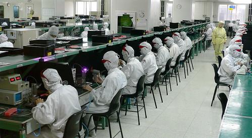 """ย้อนรอยดราม่า """"แอปเปิ้ล"""": สำรวจสิทธิแรงงานเบื้องหลังเทคโนโลยีสื่อสาร"""
