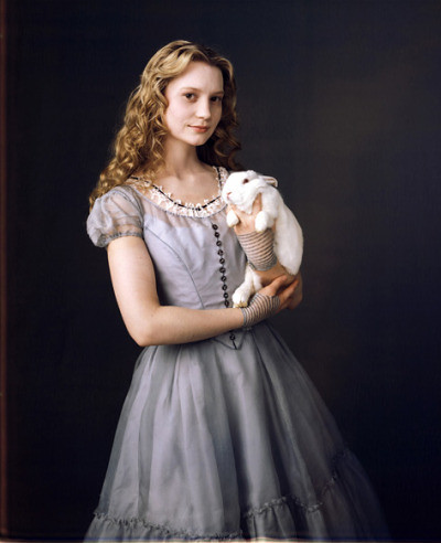 alice_in_wonderland_new_picture_alice_holding_a_white_rabbit_tim_burton_depp