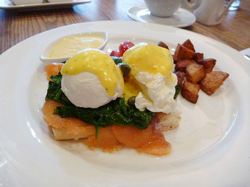 eggs benedict w/ smoked salmon