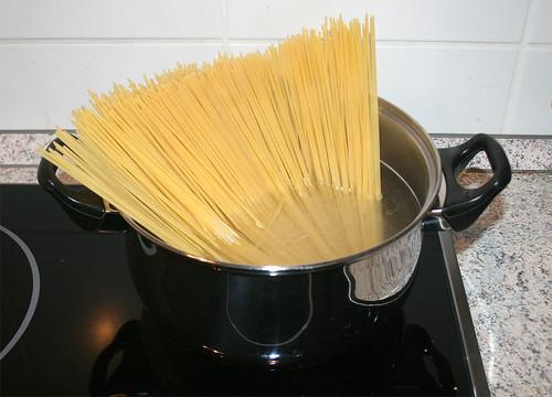 31 - Spaghetti aufsetzen / Cook spaghetti