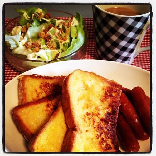 もう昼だけど朝ご飯。