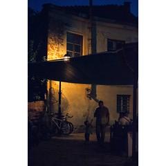 Desde una terraza escondida observo las #calles casi vacías y los juegos de los niños en la #penumbra de #skopje  From my chair in a hidden terrace, I observe the almost empty #streets and the games of #children in the #shadows  #instacool #instatravel