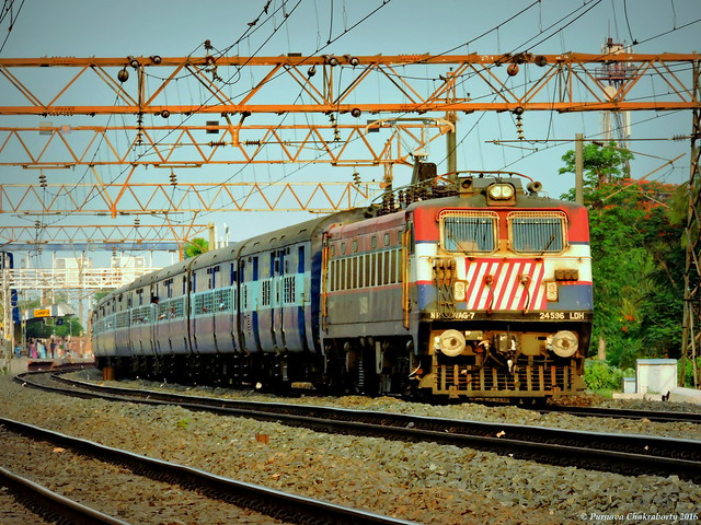 Indian Railways : Raxaul bound Mithila Express takes Gangpur curve with offlink WAG 7 !