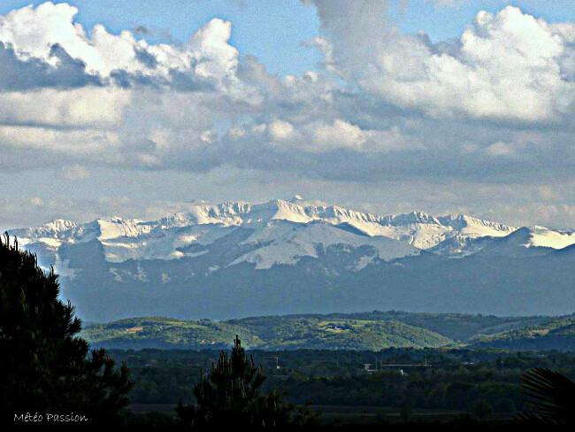 panorama de la chaîne des Pyrénées après les chutes de neige des 4 et 5 mai 2010 météopassion