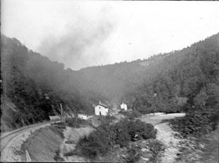 Voie de chemin de fer et maison au passage à niveau, Gorges de La Cère, Cantal