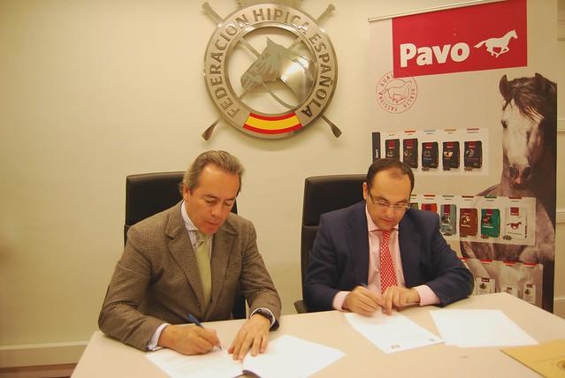 Firma.Izq a dcha.Javier Revuelta, presidente de la RFHE, y Joaquín Peinado, director de Marketing de Pavo en España y Portugal