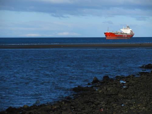 Barco rojo en el estrecho