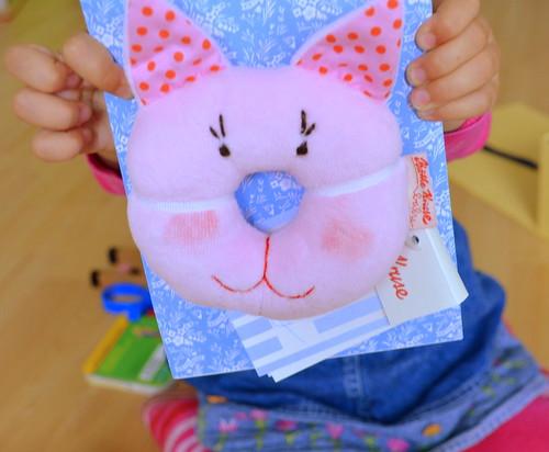 Eine Rassel von Käthe Kruse in rosa <3. Das erfreut nicht nur das Herz vom kleinen Mädchen :)
