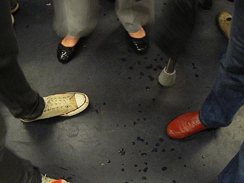 pieds dans le métro.jpg