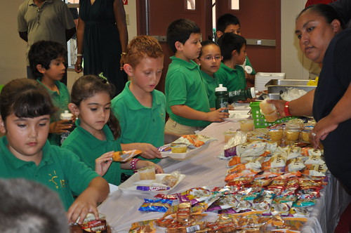 Children select a few healthy options for lunch.