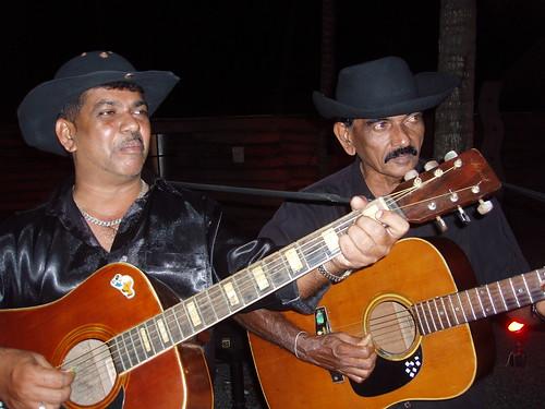 201301090116-musicians