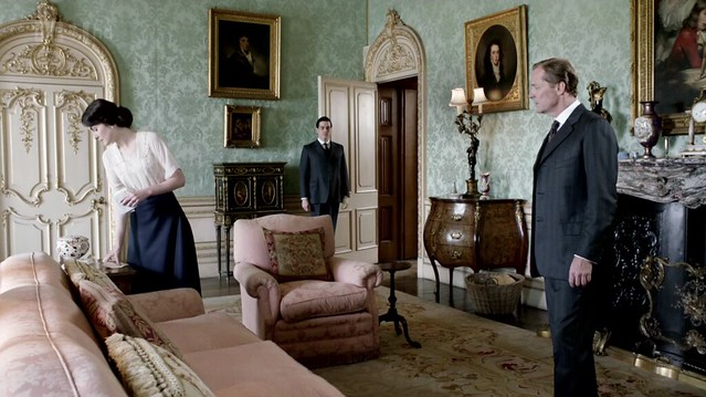 DowntonAbbeyS02E08_interior_greendamaskwallpaper_pinksofas