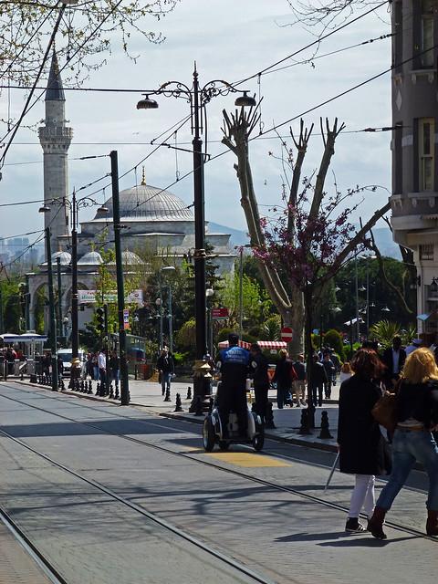 Istanbul - avril 2012 - jour 2 - 054 - Divan Yolu Caddesi et Firuz Ağa Cami