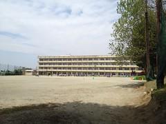 門脇中学校の校庭で門脇小学校の子供たちが鼓笛隊の練習。