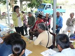 研究團隊宇社區居民討論生態池營造規劃(提供者:陳美惠)