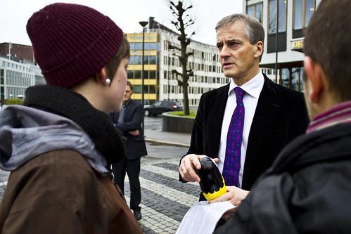 Helseminister Jonas Gahr Støre vil torsdag 1. november få overlevert over 13.000 underskrifter. Her fra et tidligere møte med Natur og Ungdom. (Foto: Line Lønning/Natur og Ungdom)