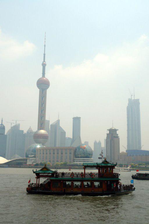 Las viejas tradiciones de Shanghai han aprendido a convivir en harmonía con el nuevo y futurista entorno de Shanghai creado en las últimas décadas Shanghai, Un paseo por la Ciudad antigua - 7395883144 02a57a6ee0 o - Shanghai, Un paseo por la Ciudad antigua
