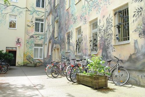 UrsulaT-Hinterhofmalerei2-500
