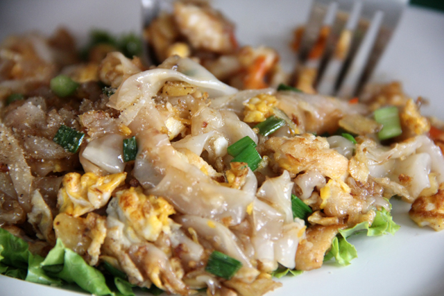 Kuay Teow Khua Gai (Rice Noodles w/ Chicken and Eggs) ก๋วยเตี๋ยวคั่วไก่