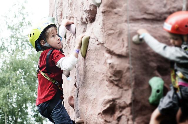 John (7) prøver klatreveggen på Miniøya.