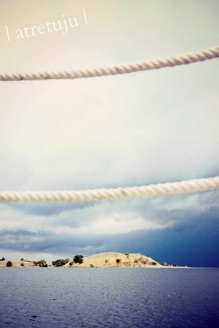 Turnamen Foto Perjalanan: Laut. Pulau Seraya, Flores Barat. © Astri Apriyani - Philogynik dan Senja