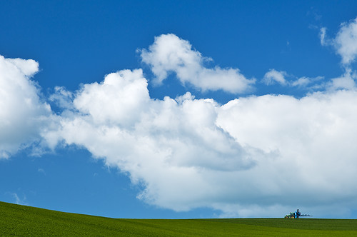blue tractor green clouds landscape sussex nikon fields lewes falmer 1685 simonanderson cropspraying hoyapolariser