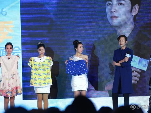[article] JKS showed his cuteness, his love of eating, gave fans short floral pants on stage 14033901075_1dca10b08f_z