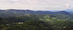 Draille d' Anduze, en face à gauche les hameaux de Tresmont et Cabriès, à droite le hameau de La Vigne, vue prise depuis les DFCI menant à Brugaunède et Ronc Sabaté
