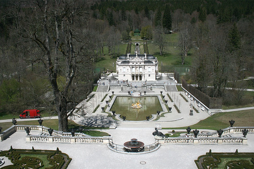 Blick hinab auf Schloß Linderhof