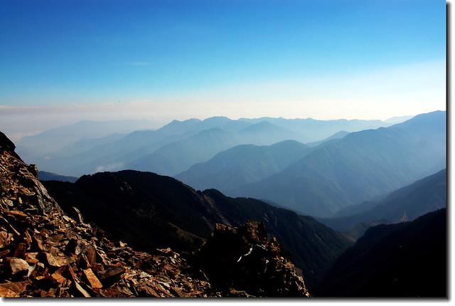 玉山頂遙望南三段群峰