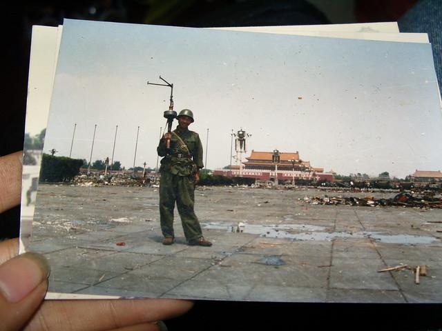 一九八九年六月五号一个未名战十在天安门广场拿着机枪留影。