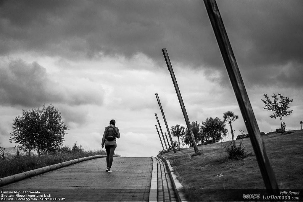Camino bajo la tormenta