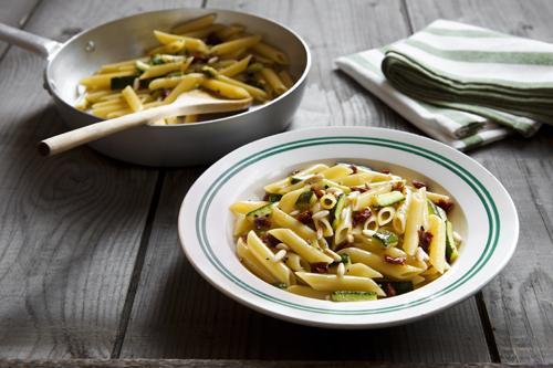 Ziti con le zucchine il pomodorino secco e i pinoli