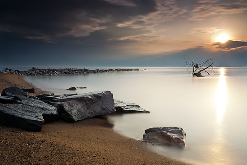 longexposure morning sun lighthouse beach sunrise canon dawn early rocks glow jetty maryland driftwood cloudscape skidmore chesapeakebay 240 30secondexposure waterscape sandypoint hoyand400 5dmkii hitechgnd09 singhrayrgnd ef1740f40lusm