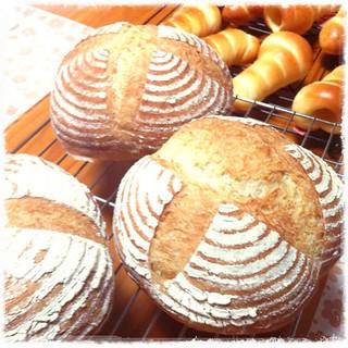 今日はこんなパン。食べやすくしたカンパーニュとコルネ。チョココルネはもうすぐ。  #手づくりパン