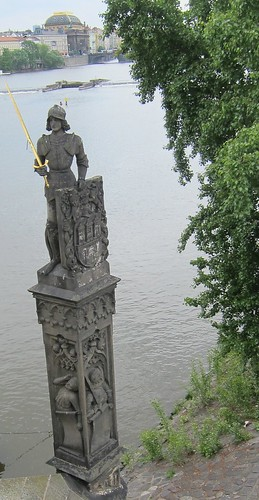 Ritari vartioi Kaarlen siltaa by Anna Amnell