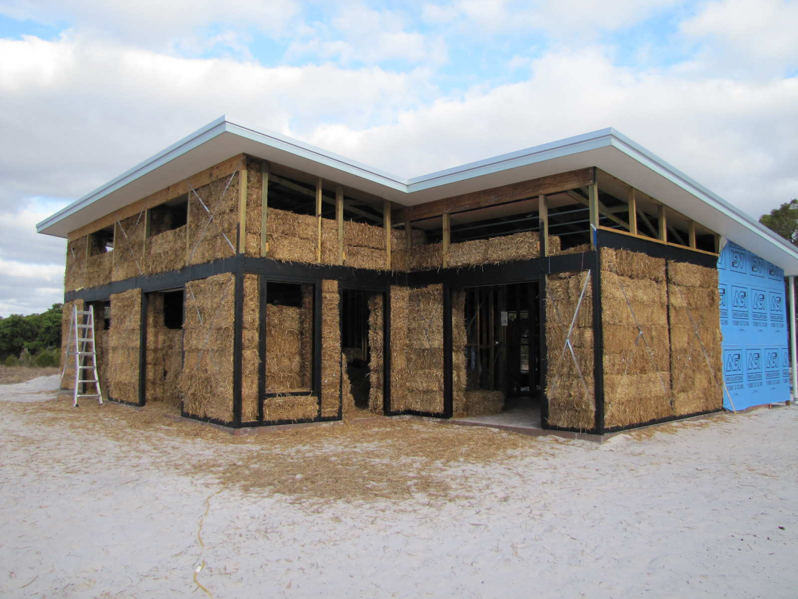 House of straw tips on building using straw bales for House builder