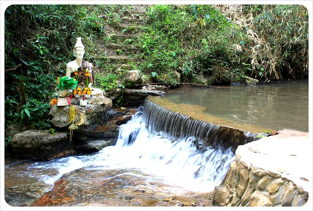 wat near doi suthep waterfall