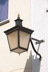 <p>Waar nu de lantaarn hangt heeft vroeger mogelijk de kerkkroon gehangen. Foto: Anna van Kooij.</p>
