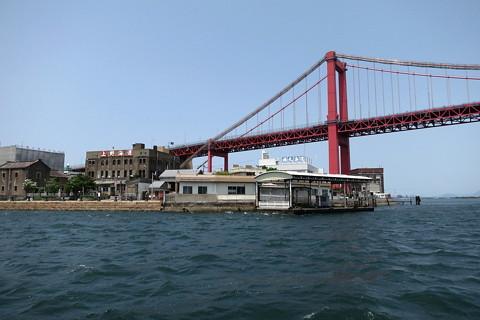 洞海湾の若戸渡船と若戸大橋