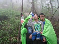 山中下气雨和雾气缭绕。很快浑身就湿透了。