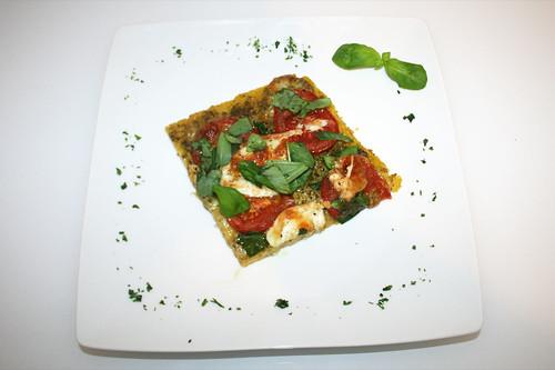 27 - Polenta-Pizza mit Büffelmozarella, Tomaten & Basilikum / Polenta pizza with mozzarella, tomatoes & basil - Serviert