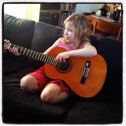 Klara med sin nya gitarr