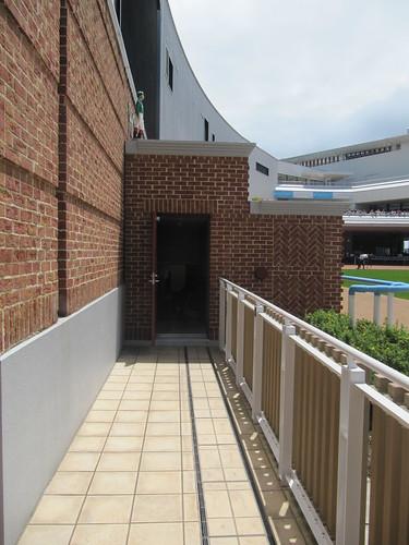 函館競馬場のダッグアウトパドック入口