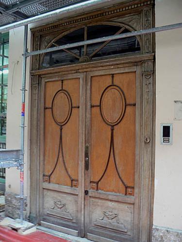 belle porte en bois.jpg