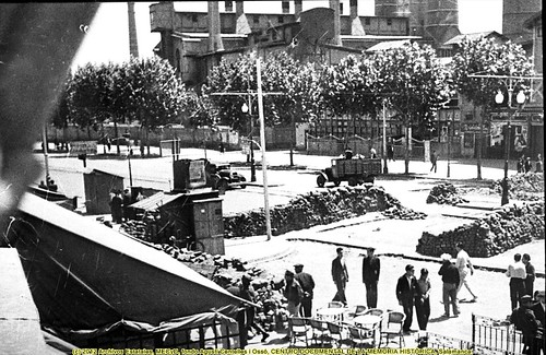 Barcelona, «fets de maig de 1937», barricadas en la avenida del Paralelo, junto al café Español. by Octavi Centelles