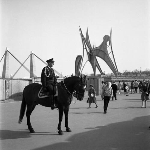 Policier à cheval à l'Expo 67 et l'Homme de Calder