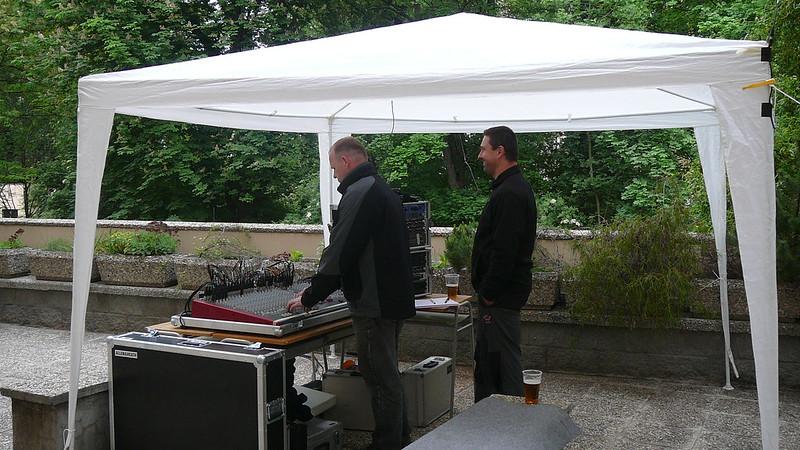 Dvojice zvukařů účastníkům zajistila kvalitní poslech muziky po celé odpoledne. Foto: Adéla Procházková